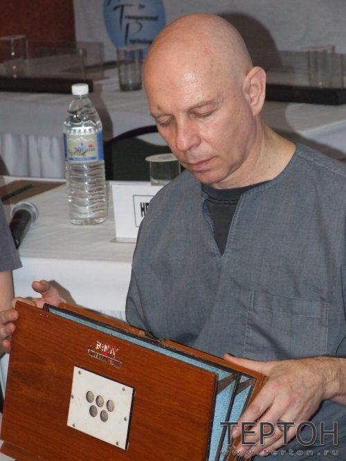 Стюарт Соватски играет на шрути