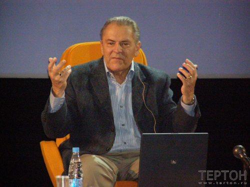 Доктор Станислав Гроф читает лекцию (фото2)