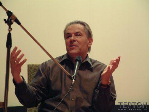 Гроф читает лекцию (семинар на берегу Финского залива,2001г.)