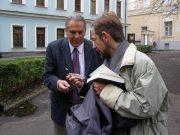 С.Гроф и М.Ошурков возле института философии